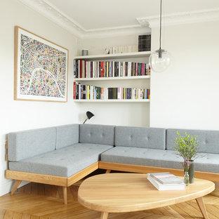Cette photo montre un salon moderne avec un mur blanc, un sol en bois clair et un sol beige.