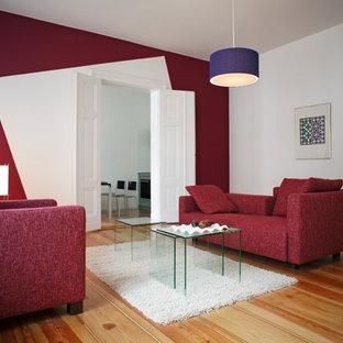 Imagen de salón para visitas cerrado, contemporáneo, de tamaño medio, sin chimenea, con paredes rojas y suelo de madera en tonos medios