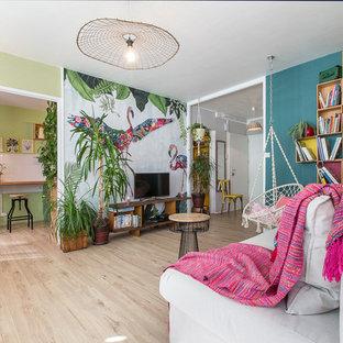Réalisation d'un salon ethnique de taille moyenne avec un mur multicolore et un sol en bois clair.