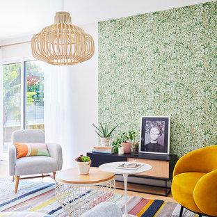 Cette photo montre un salon éclectique de taille moyenne et ouvert avec un sol en bois clair, un mur multicolore, aucune cheminée et aucun téléviseur.