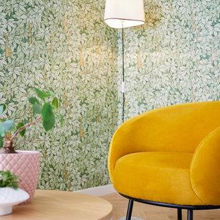 Immagine di un soggiorno boho chic di medie dimensioni e aperto con pareti bianche e parquet chiaro