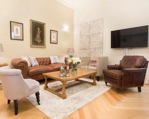 Salon avec un téléviseur fixé au mur et un mur beige : Photos et ...