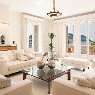 Cette photo montre un grand salon chic fermé avec une salle de réception, un mur blanc, moquette, aucune cheminée et aucun téléviseur.