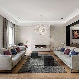 Réalisation d'un grand salon design fermé avec aucun téléviseur, une salle de réception, un mur gris, un sol en bois brun, une cheminée ribbon et un sol marron.