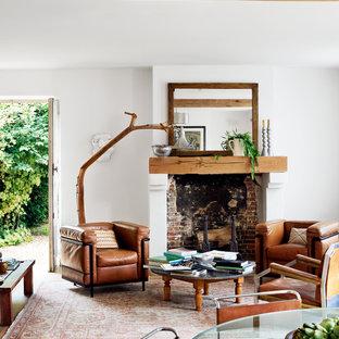 Aménagement d'un salon avec une bibliothèque ou un coin lecture rétro de taille moyenne et ouvert avec un mur blanc, un sol en bois brun, une cheminée standard et aucun téléviseur.