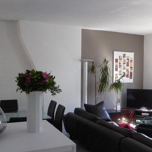 Imagen de salón abierto, contemporáneo, de tamaño medio, con paredes marrones, suelo de mármol, televisor independiente y suelo blanco