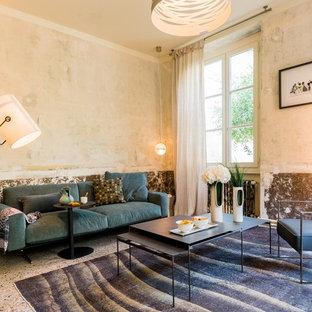 Réalisation d'un salon méditerranéen avec un mur beige et un sol multicolore.