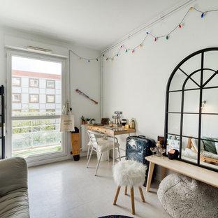 Cette image montre un salon bohème avec un mur blanc et un sol gris.