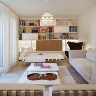 Cette photo montre un salon scandinave ouvert avec une salle de réception, un mur blanc, un sol en bois clair, aucune cheminée et aucun téléviseur.