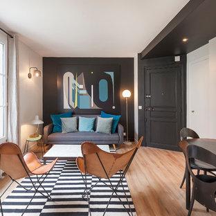 Idées déco pour un salon classique avec un mur blanc, un sol en bois brun et un sol marron.