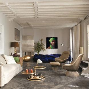 Réalisation d'un grand salon bohème fermé avec une salle de réception, un mur blanc, un sol en bois brun, aucune cheminée et aucun téléviseur.