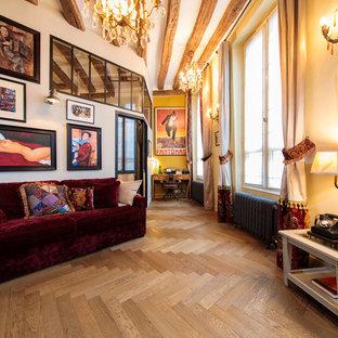 Aménagement d'un salon industriel de taille moyenne avec un sol en bois brun, un sol marron et un mur jaune.