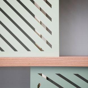 パリの中サイズのコンテンポラリースタイルのおしゃれなLDK (ライブラリー、白い壁、淡色無垢フローリング、暖炉なし、内蔵型テレビ、茶色い床) の写真