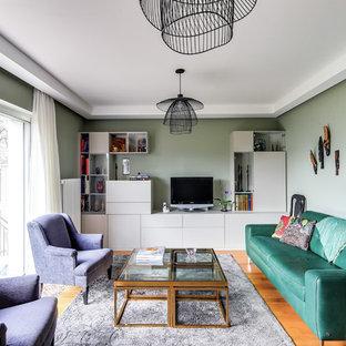Inspiration pour un salon traditionnel de taille moyenne et fermé avec un mur vert, un sol en bois clair, aucune cheminée, un téléviseur indépendant, une salle de réception et un sol beige.