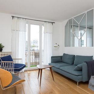 Aménagement d'un salon contemporain de taille moyenne et fermé avec un mur blanc, aucun téléviseur, une salle de réception, un sol en bois brun et un sol beige.