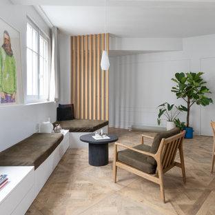 Aménagement d'un salon contemporain ouvert avec un mur blanc, un sol en bois brun, un sol marron et du lambris.