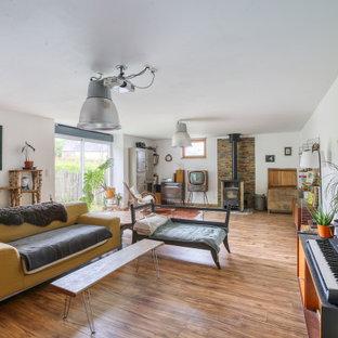 Exemple d'un salon éclectique avec un mur blanc, un sol en bois brun, un sol marron et un plafond voûté.