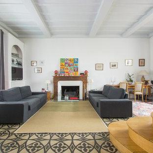Inspiration pour un grand salon traditionnel ouvert avec un mur blanc, une cheminée standard, un manteau de cheminée en bois, un téléviseur encastré et une salle de réception.