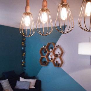 Ispirazione per un piccolo soggiorno minimalista aperto con pareti blu, pavimento in legno massello medio, nessun camino, TV autoportante e pavimento marrone