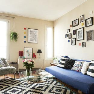 Aménagement d'un salon scandinave avec un mur beige et un sol en bois brun.