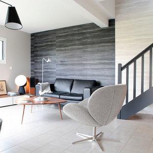 Idées déco pour un salon contemporain ouvert et de taille moyenne avec un mur noir et un sol en carrelage de céramique.