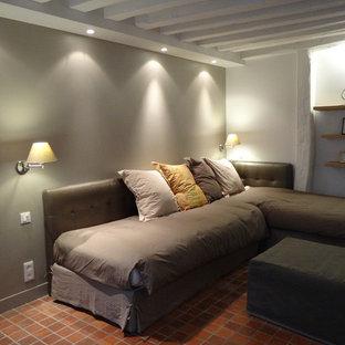 Foto de salón actual, pequeño, con paredes beige, suelo de baldosas de terracota y suelo rojo