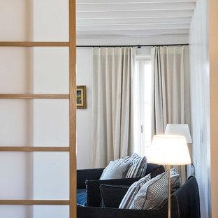 Foto di un soggiorno minimal di medie dimensioni e chiuso con pareti beige, TV autoportante, pavimento in terracotta, nessun camino e pavimento arancione