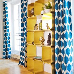 パリの中サイズのトランジショナルスタイルのおしゃれな独立型リビング (白い壁、淡色無垢フローリング、ベージュの床、ライブラリー) の写真