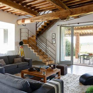 Idee per un soggiorno mediterraneo con pareti bianche e pavimento marrone
