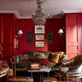 Immagine di un soggiorno chic di medie dimensioni e chiuso con pareti rosse, pavimento in legno massello medio, nessuna TV, nessun camino e sala formale