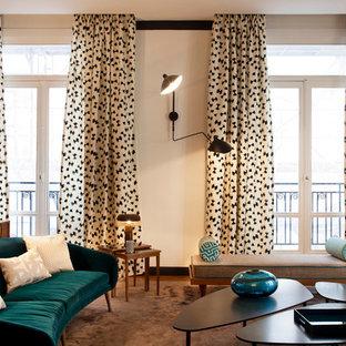 Exemple d'un salon tendance avec un mur beige.