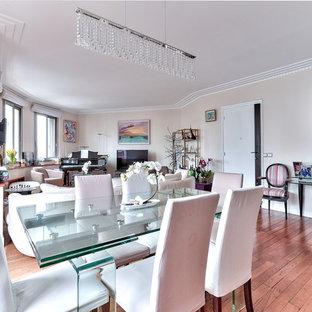 Foto de salón abierto, moderno, grande, con paredes rosas y suelo de madera en tonos medios