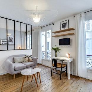 Cette image montre un salon nordique de taille moyenne avec un mur blanc, un sol en bois clair et aucune cheminée.