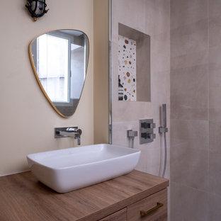 Idée de décoration pour un salon design de taille moyenne avec un mur beige.