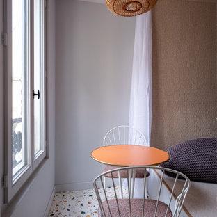 Idées déco pour un petit salon contemporain avec un mur gris, un sol en carrelage de porcelaine et un sol multicolore.