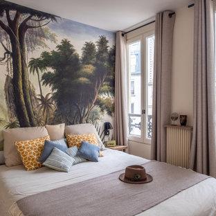 Cette photo montre un salon tendance de taille moyenne avec un mur beige et un sol marron.