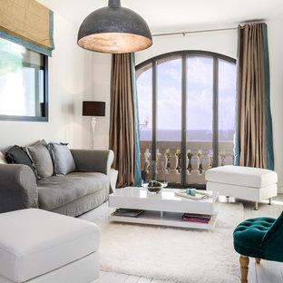 Idée de décoration pour un salon bohème de taille moyenne et fermé avec une salle de réception, un mur blanc, un sol en bois peint, aucune cheminée et aucun téléviseur.