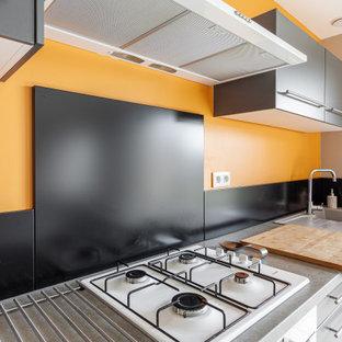 リールの中くらいのコンテンポラリースタイルのおしゃれなLDK (オレンジの壁、セラミックタイルの床、白い床) の写真