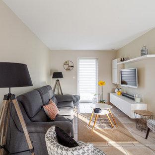 Inspiration för ett stort funkis vardagsrum, med beige väggar, klinkergolv i keramik, en väggmonterad TV och rosa golv