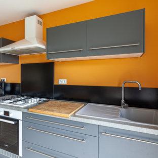 リールの小さいコンテンポラリースタイルのおしゃれなLDK (オレンジの壁、セラミックタイルの床、白い床) の写真