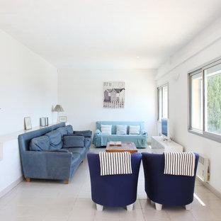 Exemple d'un grand salon bord de mer fermé avec un mur blanc, un téléviseur indépendant, un sol en carrelage de céramique et aucune cheminée.