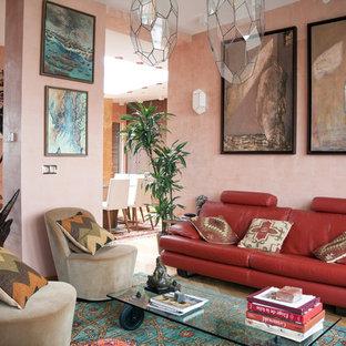 Foto di un soggiorno mediterraneo aperto con pareti rosa, parquet chiaro, nessun camino e nessuna TV