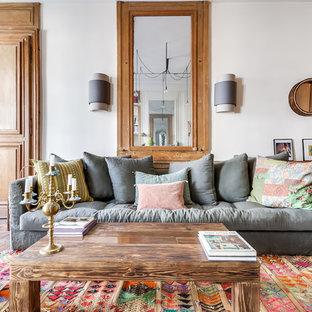Inspiration pour un grand salon bohème ouvert avec une salle de réception, un mur blanc, un sol en bois brun, aucune cheminée et aucun téléviseur.