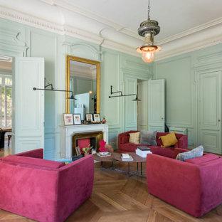 Idées déco pour un grand salon contemporain fermé avec une salle de réception, un mur vert, un sol en bois brun, une cheminée standard, un manteau de cheminée en métal et un sol marron.