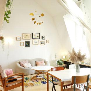 Aménagement d'un salon scandinave ouvert avec un mur blanc, un sol en bois clair, aucune cheminée, aucun téléviseur et un sol beige.