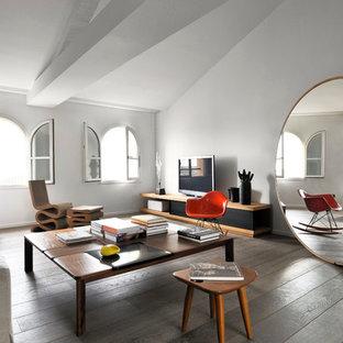 Idées déco pour un salon contemporain de taille moyenne avec un mur blanc, un sol en bois brun, aucune cheminée et un téléviseur indépendant.
