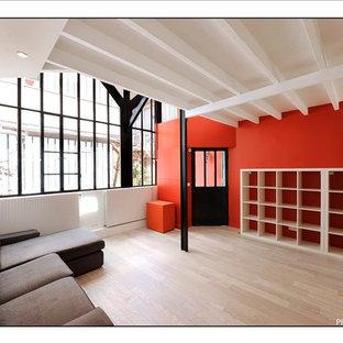 Foto di un grande soggiorno design aperto con pareti rosse e parquet chiaro