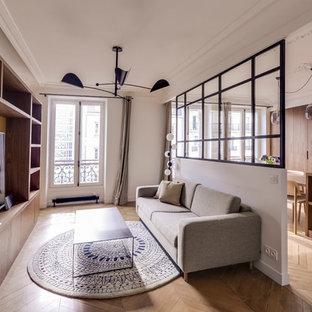 パリの中サイズのミッドセンチュリースタイルのおしゃれなLDK (ライブラリー、黄色い壁、淡色無垢フローリング、据え置き型テレビ) の写真