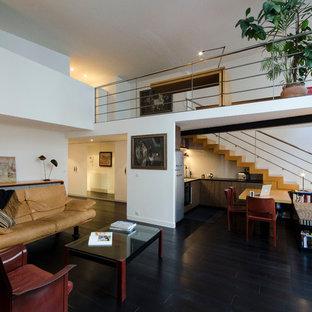 Cette photo montre un grand salon tendance ouvert avec un mur blanc, un sol en bois foncé, aucune cheminée et aucun téléviseur.