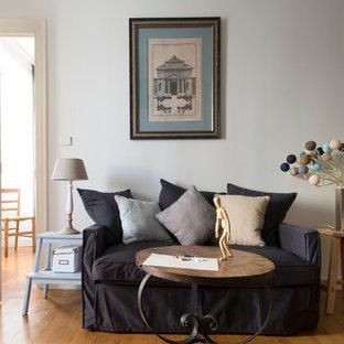 Inspiration pour un salon bohème fermé et de taille moyenne avec un mur blanc, un sol en bois brun, aucune cheminée et aucun téléviseur.
